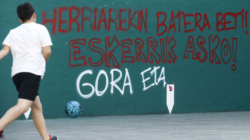 Foto: Pintadas en el frontón de Hernandi (Guipúzcoa) a favor de ETA. (EFE)