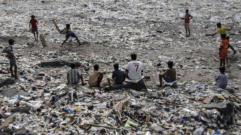 Los adolescentes indonesios hierven compresas usadas para colocarse con el agua