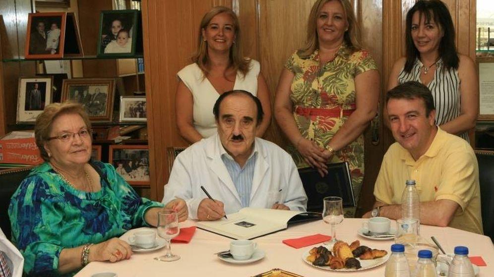 Foto: Ramiro Jaquete, en el centro, acompañado de sus hijas Carmen (izquierda), Mercedes y Ana (derecha) y de Jesús Moreno, alcalde de Tres Cantos