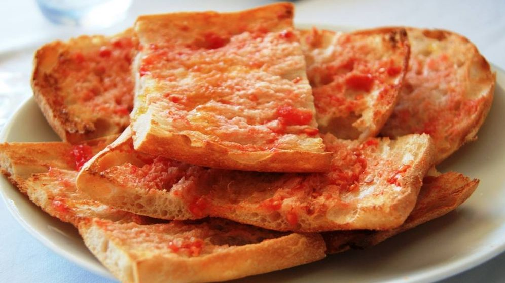 Foto: Pan con tomate, tradicional de la cocina catalana. (Javier Lastras, Wikipedia)