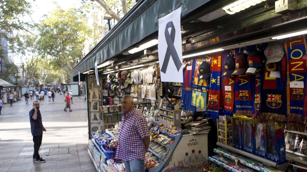 Foto: Un lazo negro cuelga de uno de los kioskos de las Ramblas de Barcelona. (EFE)