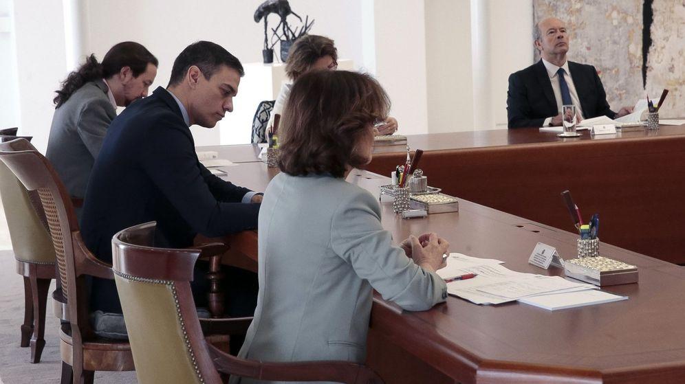 Foto: El presidente del Gobierno, Pedro Sánchez (c), presidiendo la reunión de Consejo de Ministros, junto al vicepresidente Pablo Iglesias (i) y la vicepresidenta, Carmen Calvo (d). (EFE)