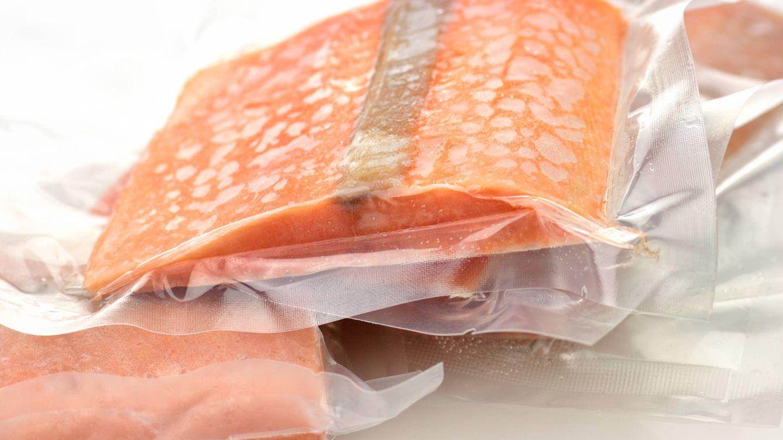 Foto: Se recomienda introducir los alimentos en una bolsa de plástico sellada y luego sumergirlos en agua fría bajo el grifo. (iStock)