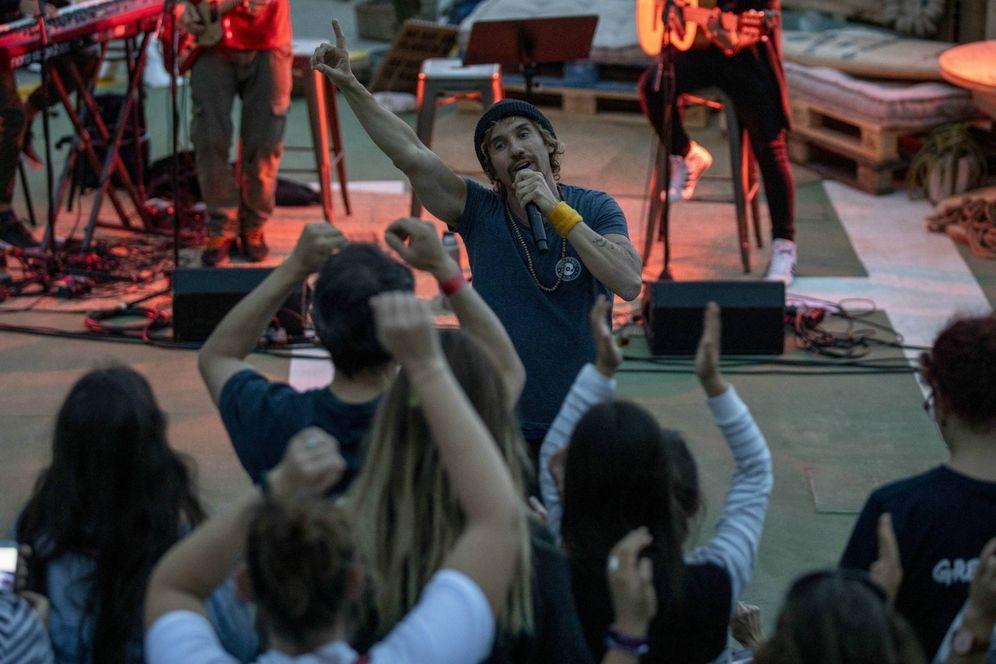Foto: Macaco durante el concierto de este jueves en Bilbao en la cubierta del rompehielos de Greenpeace 'Arctic Sunrise'. (Greenpeace)