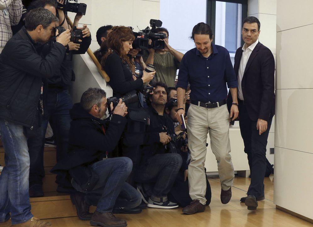 Foto: Pablo Iglesias y Pedro Sánchez, minutos antes del comienzo de su última reunión pública, el pasado 30 de marzo en el Congreso. (EFE)