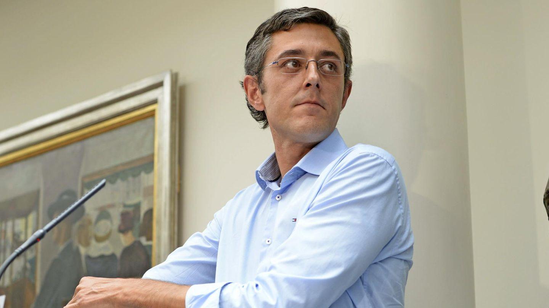Madina  posa junto a un busto de Ramón Rubial en el Congreso. (Efe)