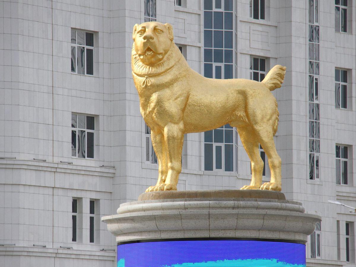 Foto: La nueva estatua de oro en honor a un perro en Turkmenistán (REUTERS Vyacheslav Sarkisyan)