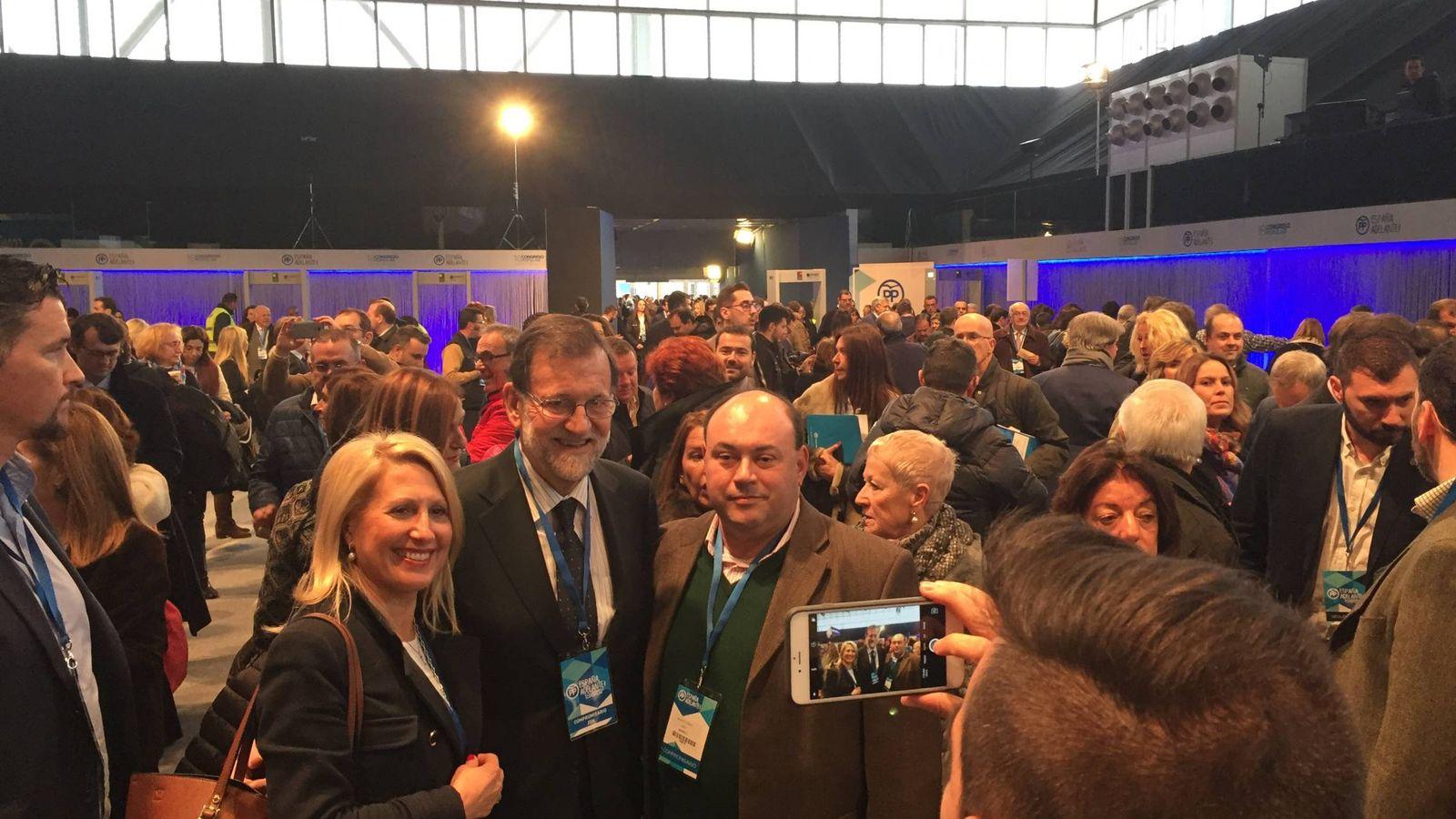 Foto: El presidente del Gobierno, Mariano Rajoy, se hace fotos con los compromisarios a su llegada al Congreso. (EC)