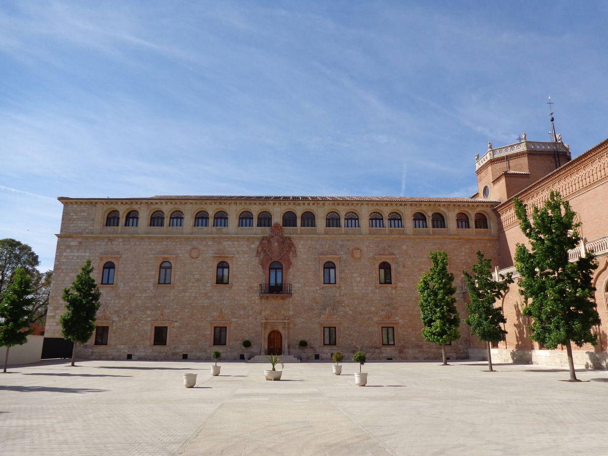 Foto: Fachada principal del Palacio Arzobispal de Alcalá de Henares, donde tuvo lugar uno de los milagros de San Diego de Alcalá.
