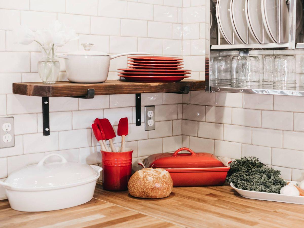 Foto: Trucos decorativos para añadir color a una cocina blanca. (Becca Tapert para Unsplash)