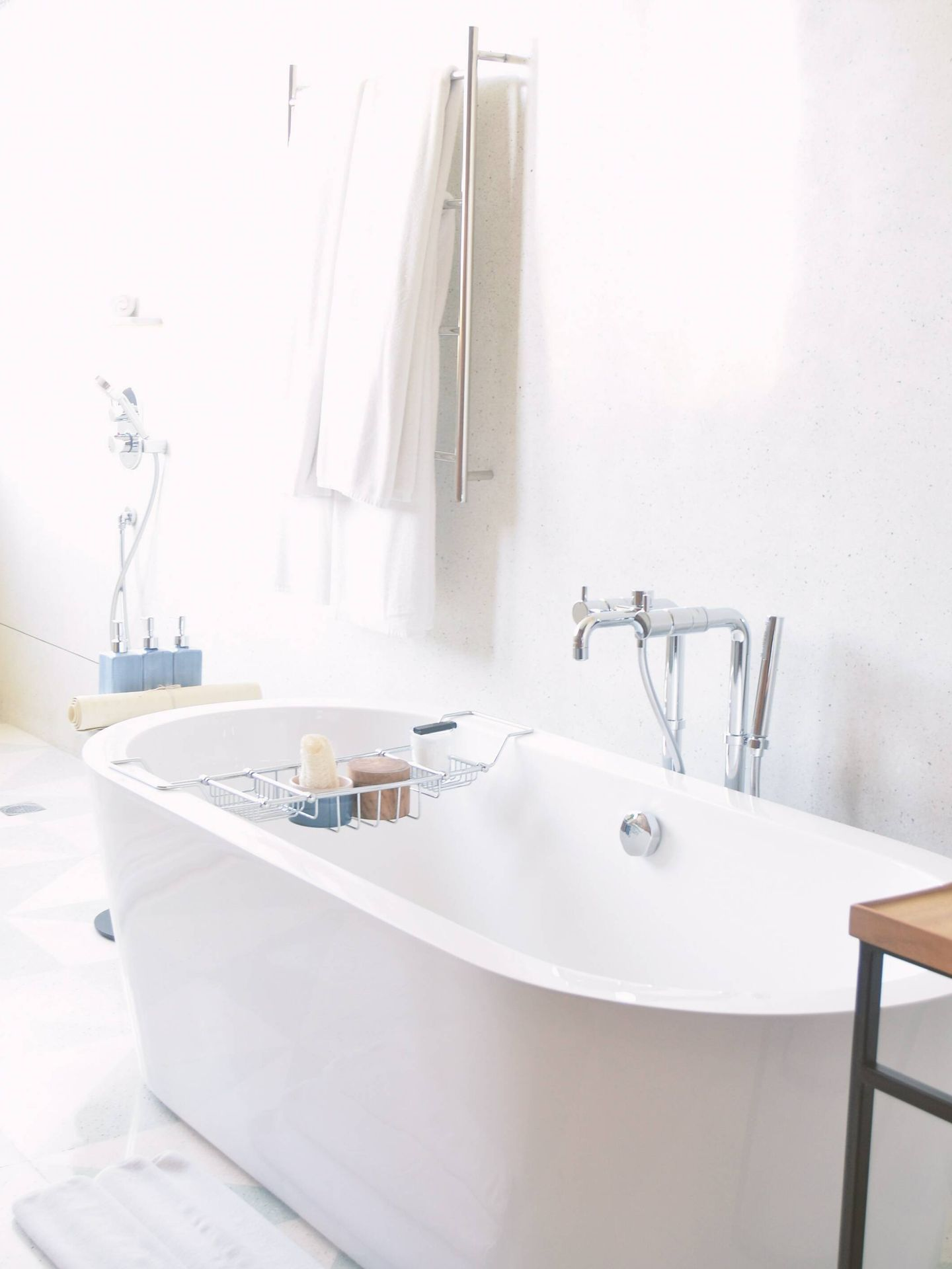 Ventajas e inconvenientes de tener bañera en el cuarto de baño. ( Phebe Tan para Unsplash)