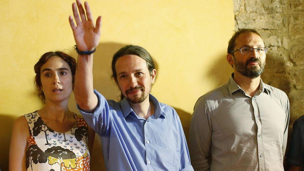 Foto: Pablo Iglesias junto al líder de ICV, Joan Herrera, y la secretaria general de Podemos Cataluña, Gemma Ubasart. (EFE)