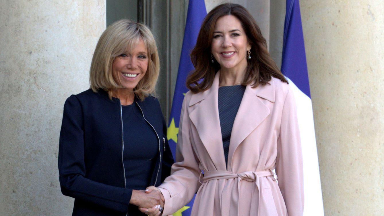 Foto: Brigitte Macron junto a Mary de Dinamarca en el Elíseo. (Gtres)
