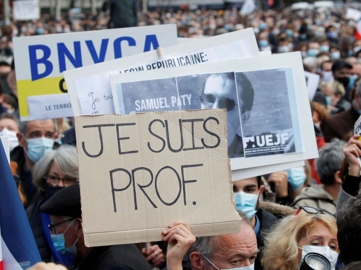 Foto: Manifestantes homenajean a Samuel Paty. (Reuters)