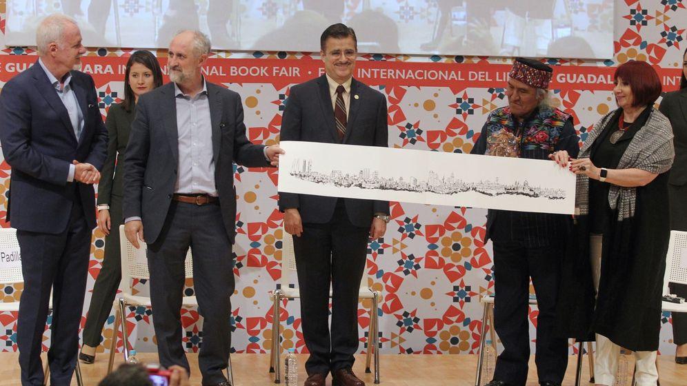 Foto: El coordinador general de la Alcaldía, Luis Cueto (2i), durante el cambio de estafeta para la 31ª edición de la Feria Internacional del Libro de Guadalajara que tendrá como invitada especial a Madrid. (EFE)