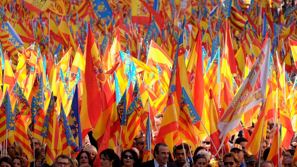 Foto: Sentandreu, con corbata naranja, en el la cabecera de la marcha. A su derecha, Cristina Seguí. (Reuters)