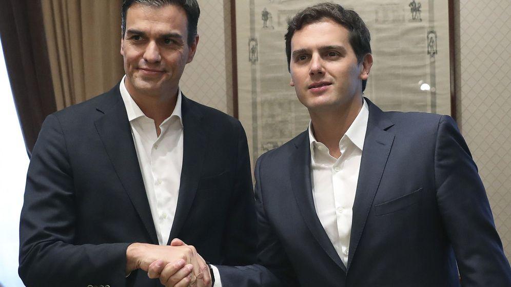 Foto: Pedro Sánchez y Albert Rivera, al comienzo de su reunión en la sala Istúriz del Congreso, este 28 de junio. (EFE)