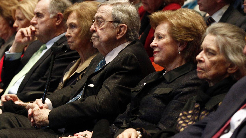 La reina Sofía, junto a sus hermanos, durante la presentación del libro. (EFE)