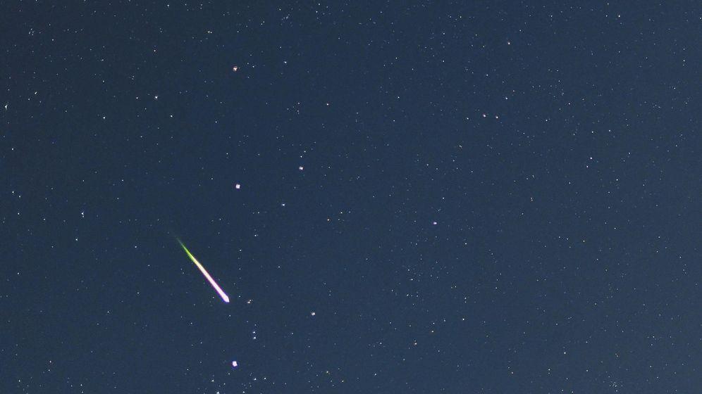 Foto: Una estrella fugaz ilumina el cielo nocturno (EFE)