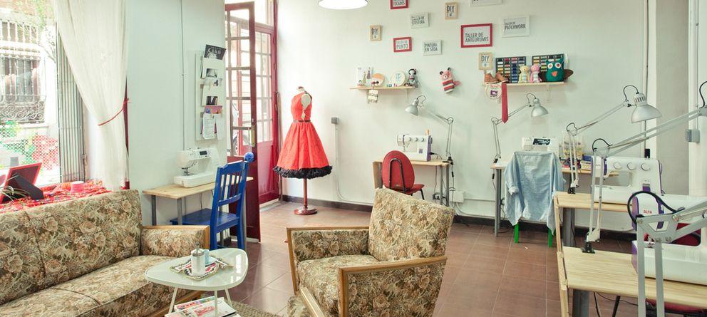 Café con bordados, pizzerías con libros... Locales con doble vida