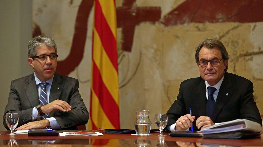 Foto: El presidente de la Generalitat en funciones, Artur Mas (d), y el 'conseller' de la Presidencia en funciones, Francesc Homs (i). (EFE)