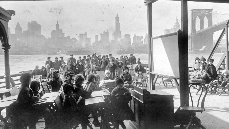 Imagen de una clase al aire libre en 1915 durante una epidemia de tuberculosis en Rhode Island. (Biblioteca del Congreso de EEUU)