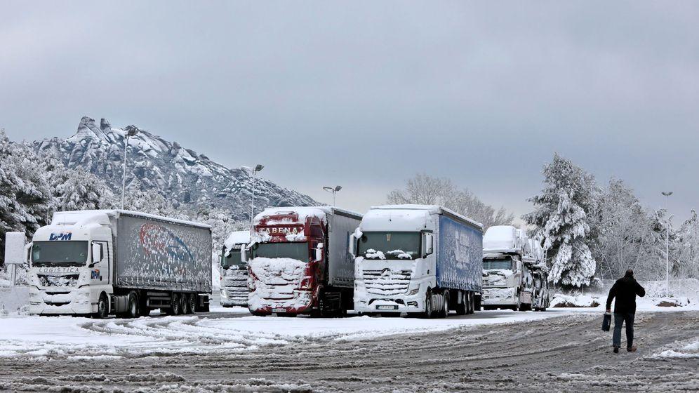 Foto: Imagen de archivo de varios camiones estacionados por una fuerte nevada. (Efe)