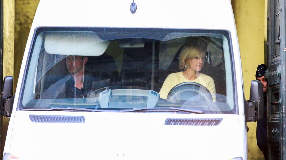 Foto: Una furgoneta que se cree traslada al expresidente de la Generalitat de Cataluña Carles Puigdemont abandona la sede judicial. (EFE)