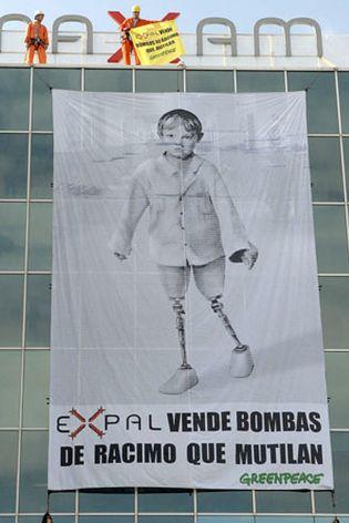 Foto: Activistas de Greenpeace irrumpen en Expal para denunciar fabrica bombas racimo