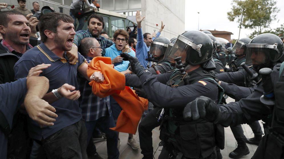 Foto: Imagen de archivo de una intervención de la Guardia Civil el 1-O. (EFE)