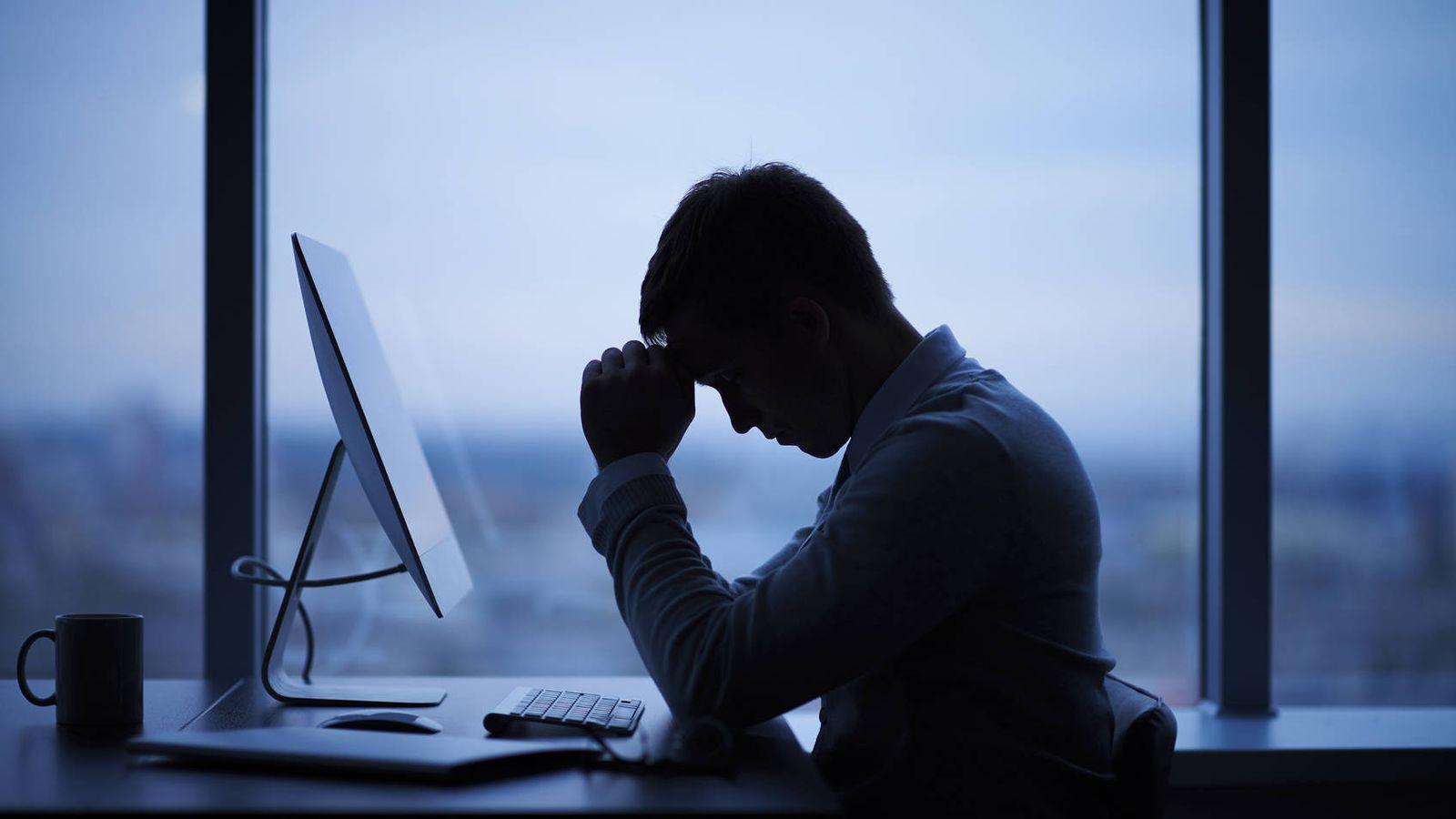 Foto: Un hombre descansa frente a su ordenador. (iStock)