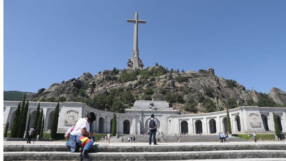 Foto: Varias personas visitan el Valle de los Caídos. (EFE)