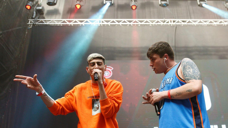 Los raperos Le33 (d) y el argentino Stuart (i) improvisan durante una batalla de gallos. (EFE)