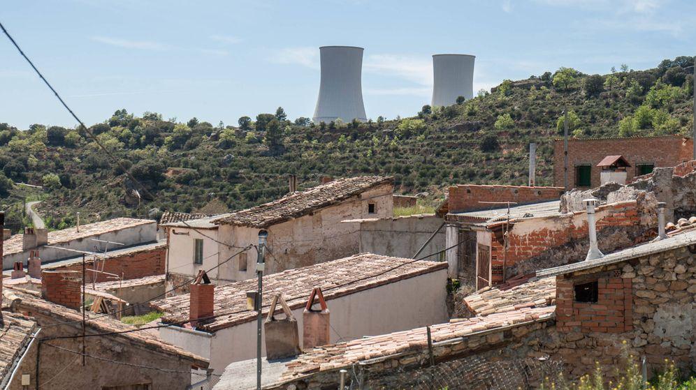 Foto: El pueblo de Trillo, con las chimeneas de la central nuclear de fondo. (D.B.)