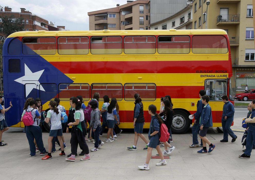 Foto: Un autobús escolar pintado con la bandera independentista catalana. (Reuters)