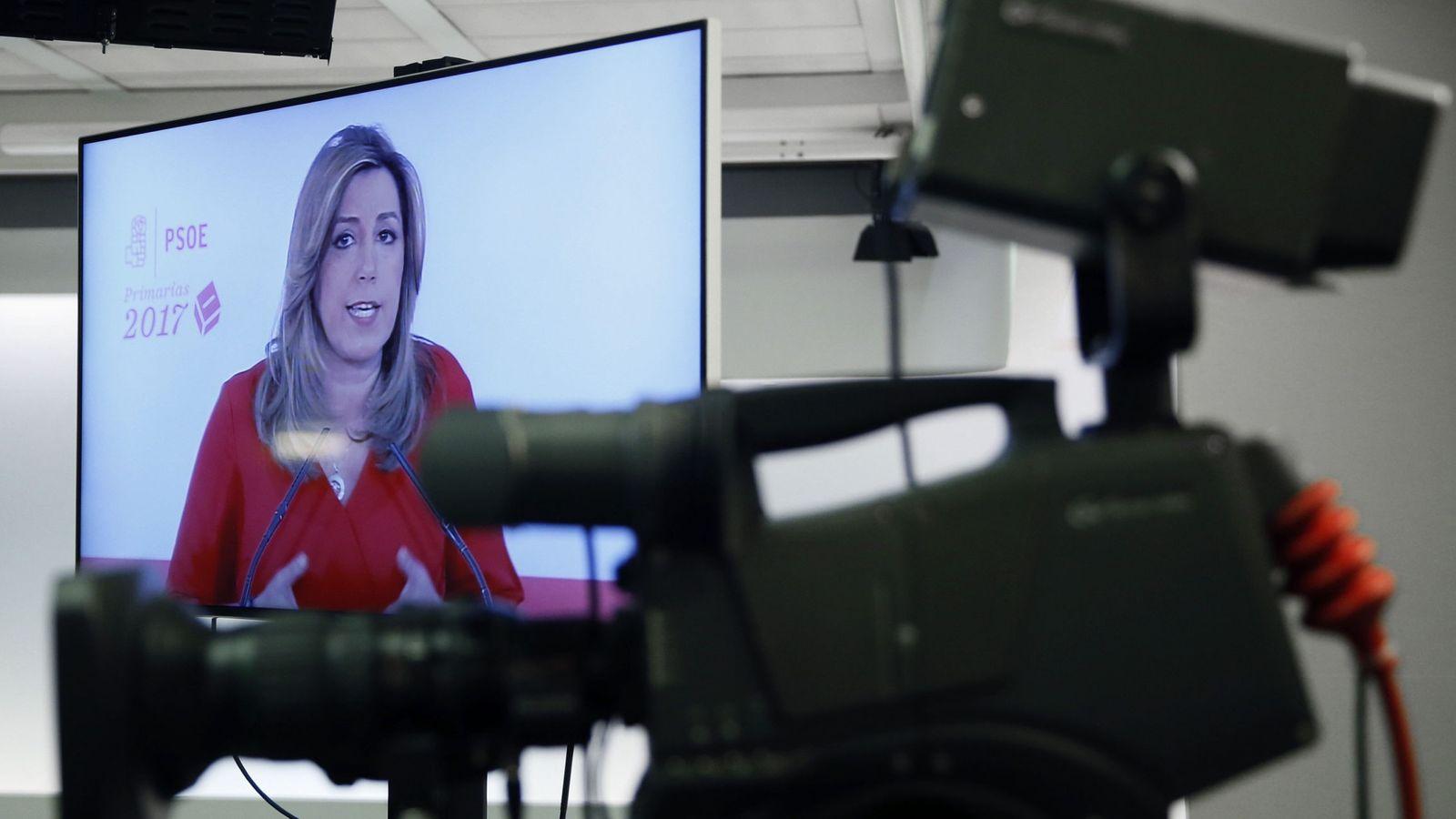 Foto: Intervención de Susana Díaz, en un monitor de la sala de prensa de la sede del PSOE, este 15 de mayo. (EFE)