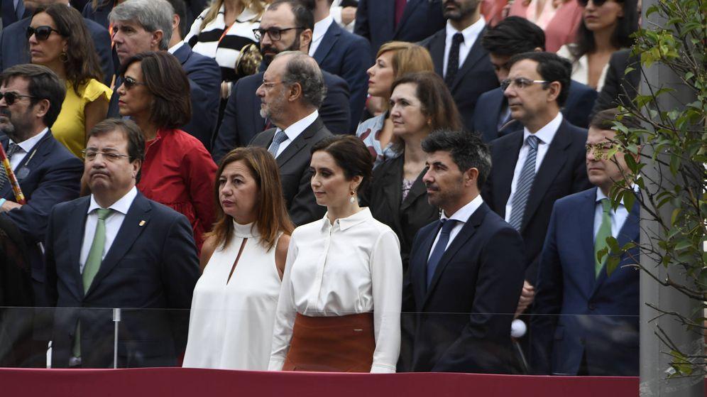 Foto: Fernández Vara, Díaz Ayuso y Francina Armengol en el desfile del Día Nacional. (Limited Pictures)