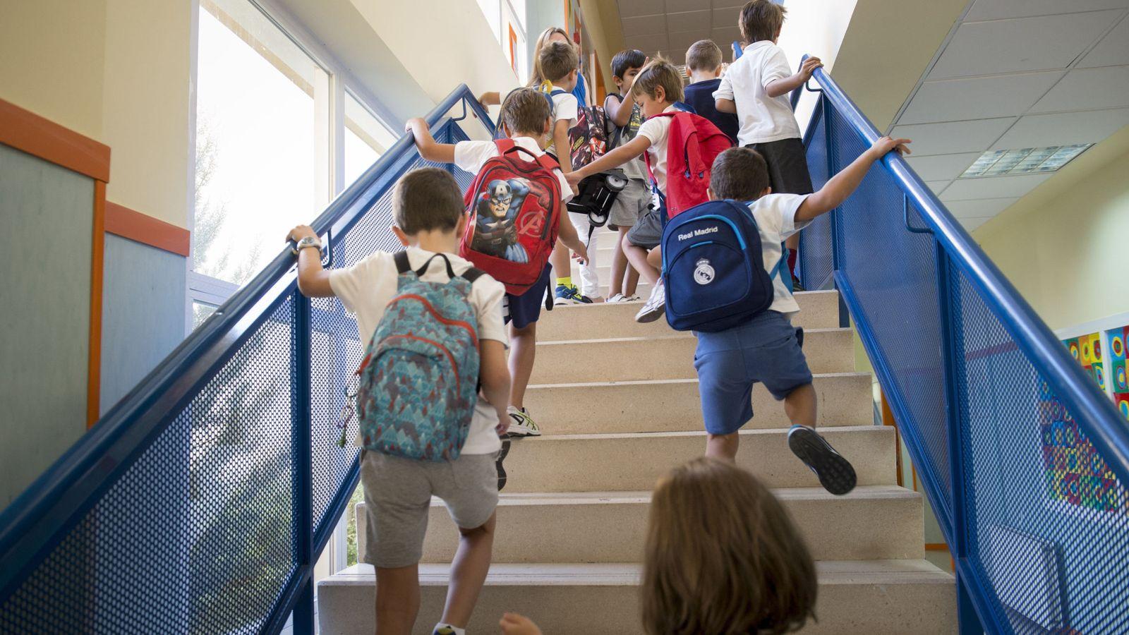 Foto: Varios niños a su llegada al colegio público Mario Vargas Llosa de Las Rozas en el primer día del curso escolar 2016-2017. (Efe)