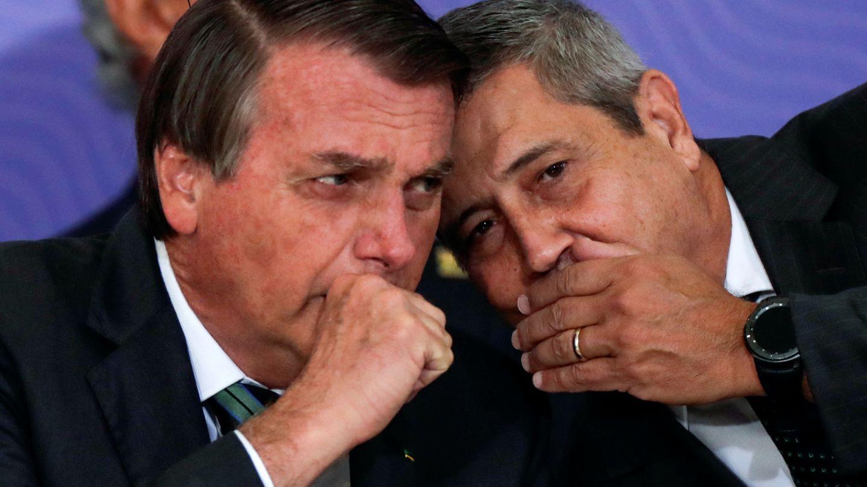 El presidente brasileño, Jair Bolsonaro (izq.), junto a su ministro de Defensa. (Reuters)