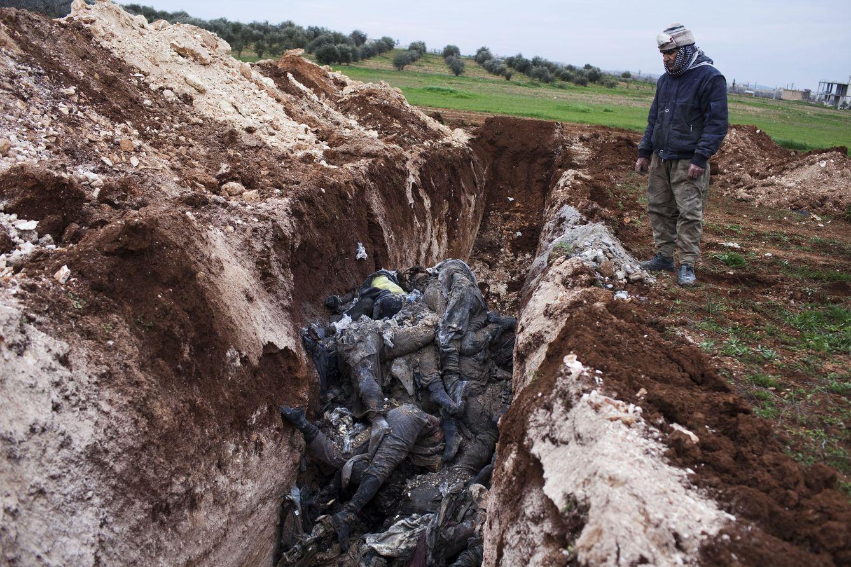 Foto: Mahmut mira la fosa común donde arroja los cadáveres de los yihadistas a las afueras de Kobane (J.M. López)