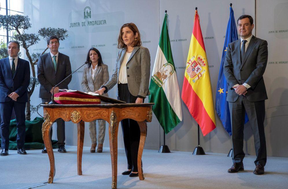 Foto: Rocío Blanco tomando posesión de su cargo de consejera de Empleo ante el presidente de la Junta de Andalucía, Juanma Moreno. (EFE)
