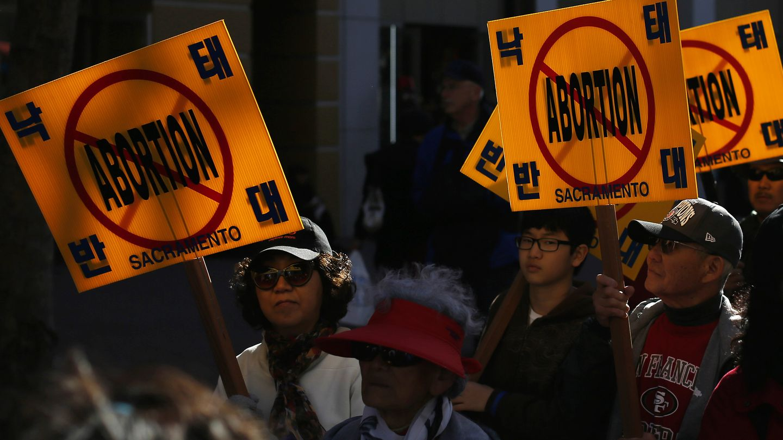 Un grupo de estadounidenses contrarios al aborto marchan en San Francisco (Reuters).