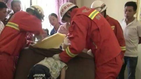 Se le quedó la cabeza atrapada en el sofá y solo los bomberos pudieron rescatarle