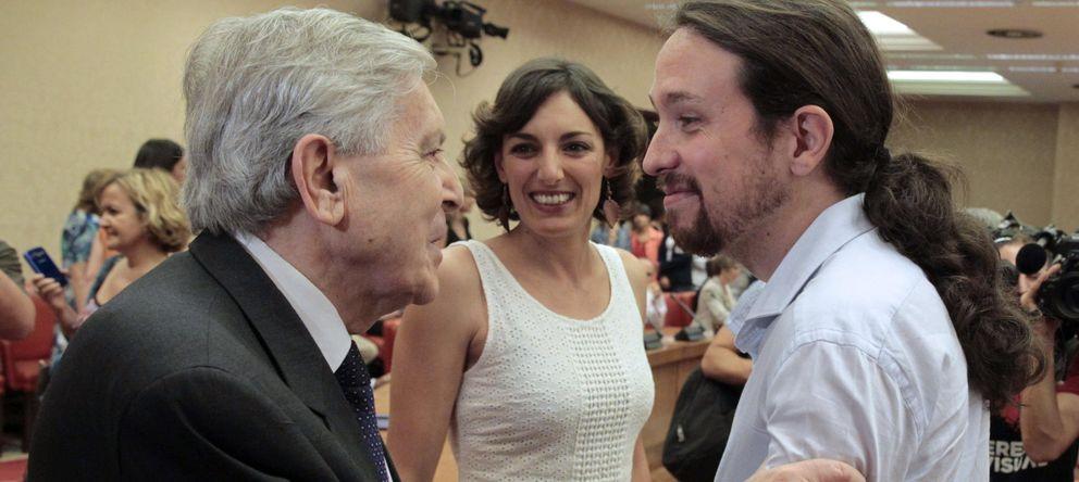Foto: Carlos Jiménez Villarejo saluda a Pablo Iglesias. (EFE)