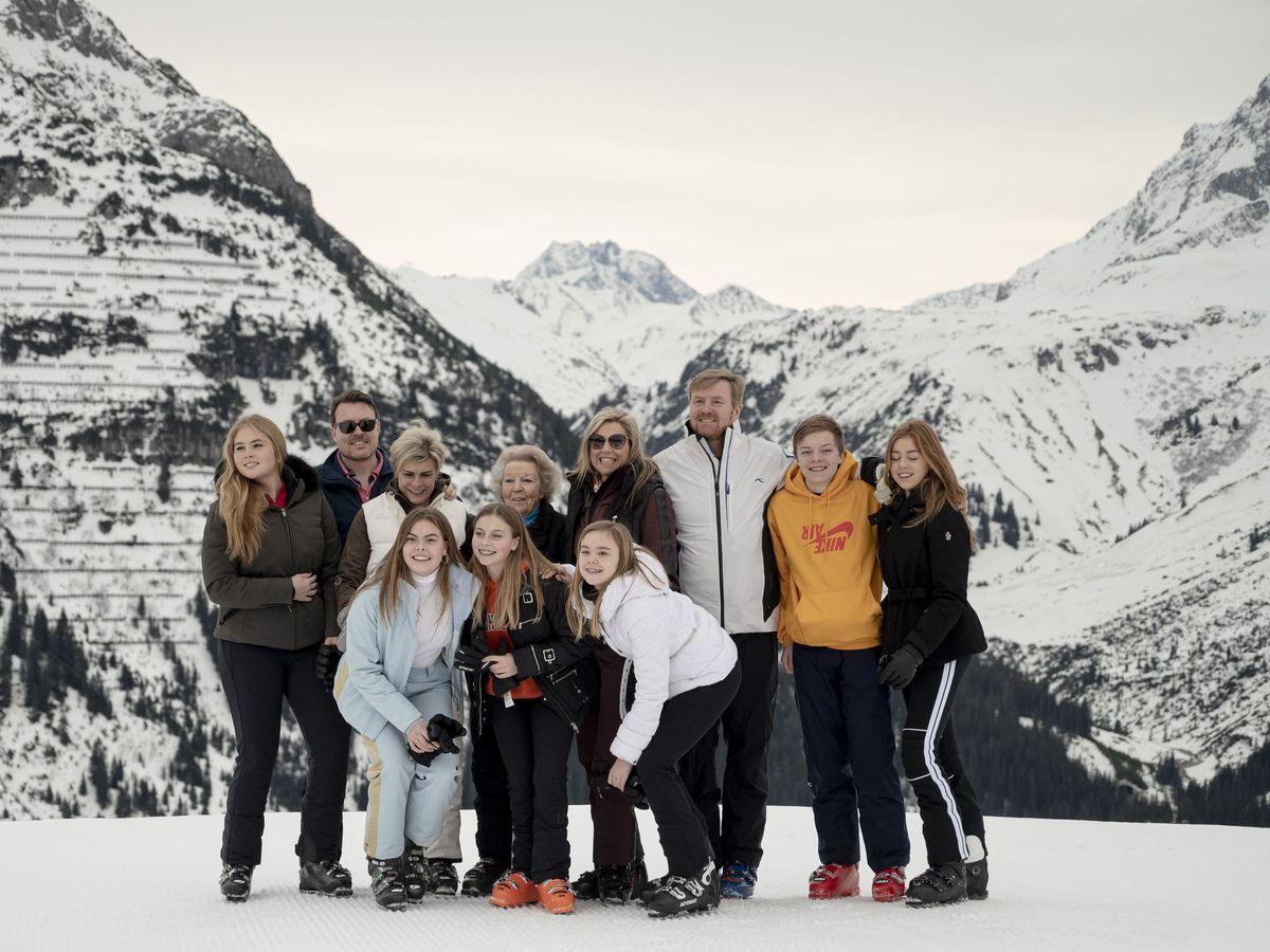 Foto: Eloise (en la fila inferior, a la izquierda), junto a la familia real holandesa en Lech. (EFE)