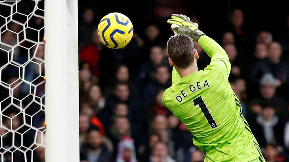 Foto: David de Gea, en la acción en la que se le resbala el balón contra el Watford. (Efe)