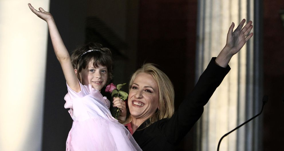 Foto: Rena Dourou saludando a sus seguidores la primavera pasada en Atenas (Ap)