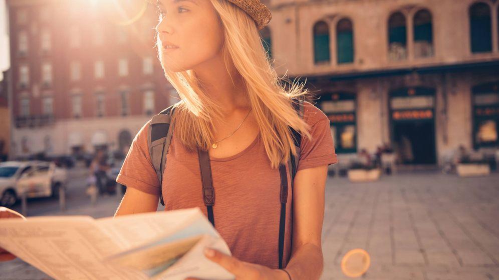 Foto: Mapa, sombrero y cámara de fotos. Una turista que se ve a la legua. (iStock)