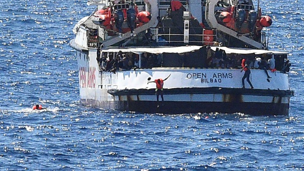 Los migrantes del Open Arms se lanzan al mar para alcanzar la costa italiana