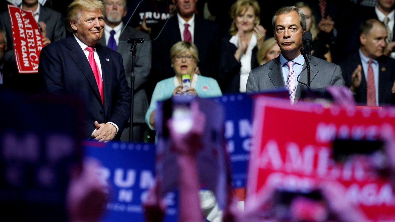 Donald Trump observa a Nigel Farage durante su intervención en una acto de campaña en Jackson, EEUU. (Reuters)